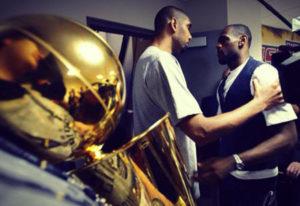 Tim Duncan, fresco campione NBA, va a congratularsi con James