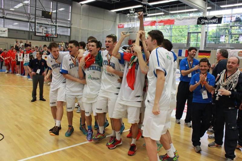 L'Italia U18 festeggia la vittoria al Torneo di Mannheim. Oliva, per