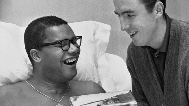 Toccante immagine con Maurice sorridente, affianco a Twyman.