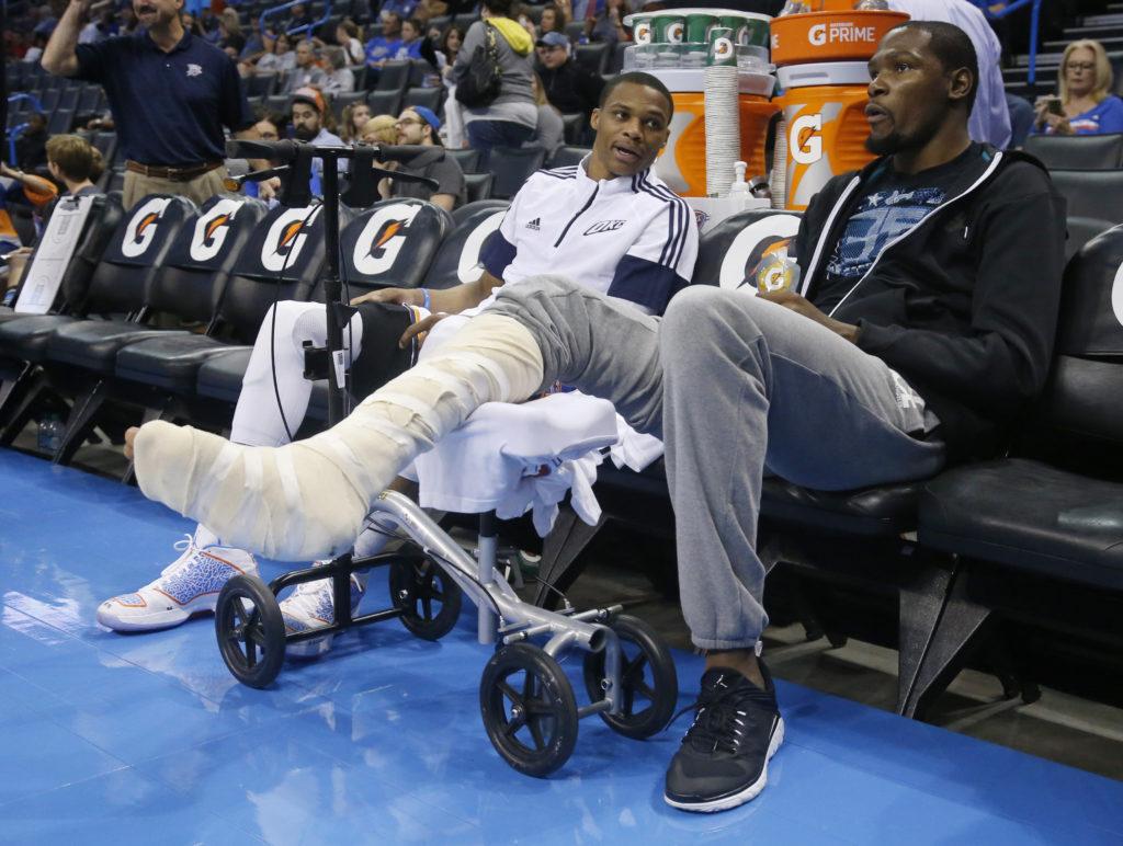 Durant e Westbrook siedono in panchina: la via del rientro è ancora lunga, soprattutto per il numero 35...