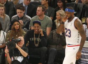 LeBron deluso dall'andamento della partita per il proprio Team East, sotto gli occhi di Jay-Z-