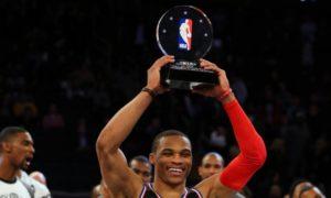 Russel Westbrook solleva il trofeo di MVP dell'All Star Game 2015.
