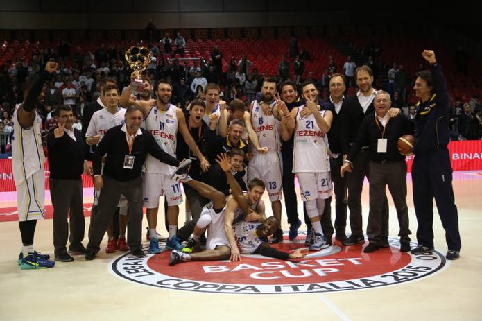Verona festeggia la vittoria della Coppa Italia (pallacanestrovigodarzere.it)