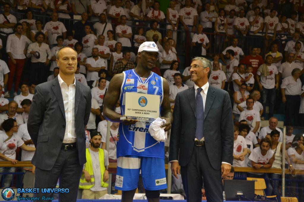 Rakim Sanders festeggia la conquista del titolo di MVP della finale scudetto.