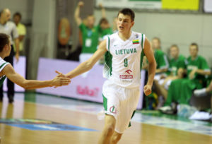 Tauras Jogela in nazionale con la maglia della Lituania,