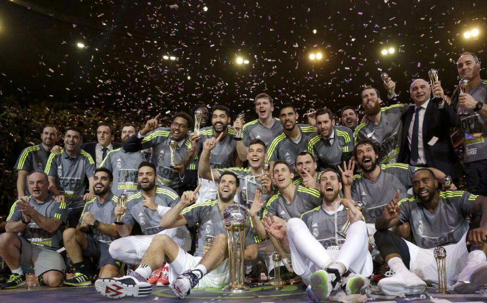 I giocatori del Real Madrid festeggiano la terza Copa del Rey consecutiva.