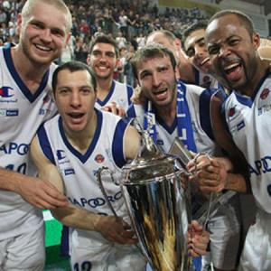 Nicolas Mazzarino festeggia la conquista della Supercoppa. Con lui Leunen, Markoishvili, Aradori e (gmvmeetbasket.it)